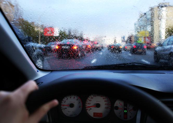 Top những điều cần tuân thủ khi lái xe dưới trời mưa bão