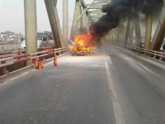 Hướng dẫn cách xử lý khi ô tô đột ngột bốc cháy trên đường
