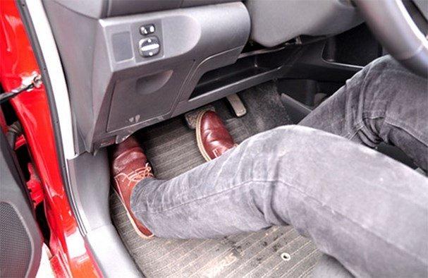 Ô tô bị kẹt chân ga và cách xử lý sự cố xe hơi này
